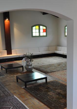 Vue intérieure de la salle de prière de la Maison de la Sainte Parole à Arès