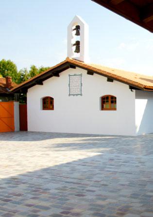 Vue sur la cour intérieure de la Maison de la Sainte Parole à Arès